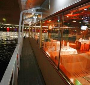 Ночная прогулка на теплоходе от компании «Теплоход СПб» — идеальный вариант для романтического свидания