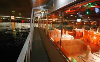 Ночная прогулка на теплоходе от компании «Теплоход СПб» – идеальный вариант для романтического свидания