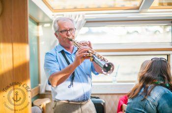 саксофонист на теплоходе